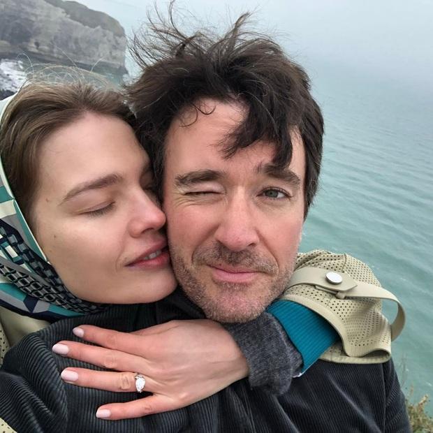 Siêu mẫu Nga và con trai chủ tịch LVMH kết hôn giản dị, ngắm váy cưới đơn giản của cô dâu lại càng bất ngờ - Ảnh 3.