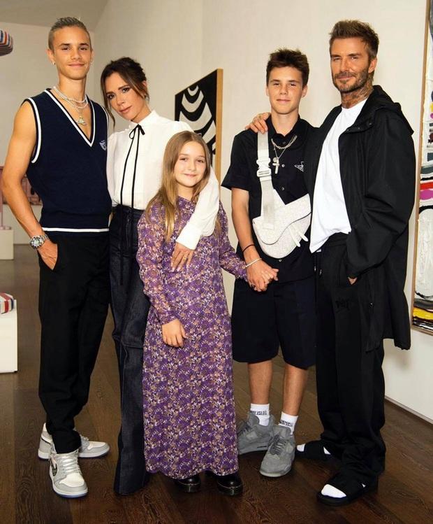 Cả nhà Beckham diện đồ cùng tone nhưng Harper lại chiếm trọn spotlight với bộ đầm hoa hòe bánh bèo - Ảnh 2.