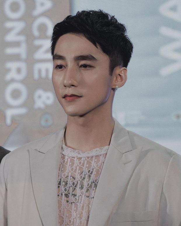 Sơn Tùng phong độ đúng chuẩn chủ tịch trong ảnh mới nhất, nhưng netizen lại xôn xao vì gương mặt quá khác lạ - Ảnh 4.