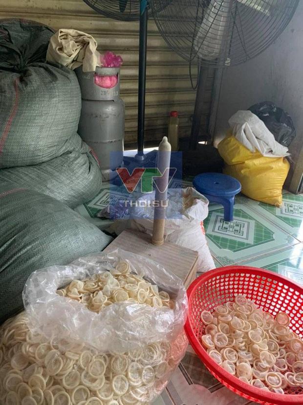Thu giữ 324.000 bao cao su đã qua sử dụng được tái chế bán ra thị trường - Ảnh 1.