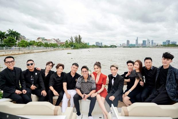 Dress code của sao Việt khi mở tiệc trên du thuyền: Team trắng đen chanh sả, team bảy sắc cầu vồng - Ảnh 1.
