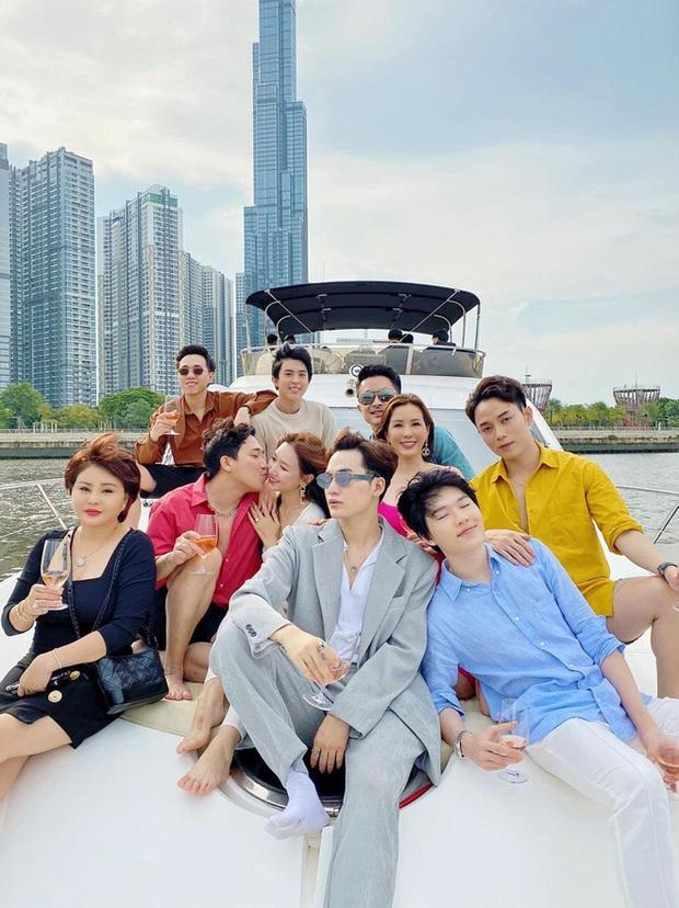 Dress code của sao Việt khi mở tiệc trên du thuyền: Team trắng đen chanh sả, team bảy sắc cầu vồng - Ảnh 4.