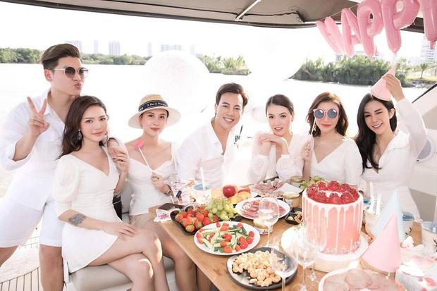 Dress code của sao Việt khi mở tiệc trên du thuyền: Team trắng đen chanh sả, team bảy sắc cầu vồng - Ảnh 3.