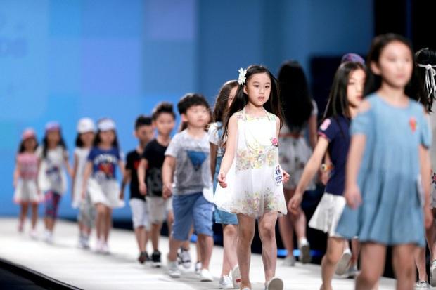 Nghề mẫu nhí ở Trung Quốc: Mua biệt thự, kiếm tiền tỷ từ tấm bé và bức tranh tuổi thơ tăm tối phía sau ánh đèn sân khấu - Ảnh 1.
