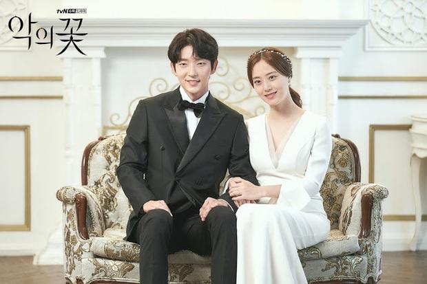 Flower Of Evil nhá hàng ảnh cưới đẹp như mơ của Lee Jun Ki - Moon Chae Won - Ảnh 1.