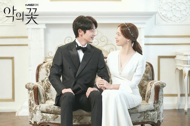 Flower Of Evil nhá hàng ảnh cưới đẹp như mơ của Lee Jun Ki - Moon Chae Won - Ảnh 4.