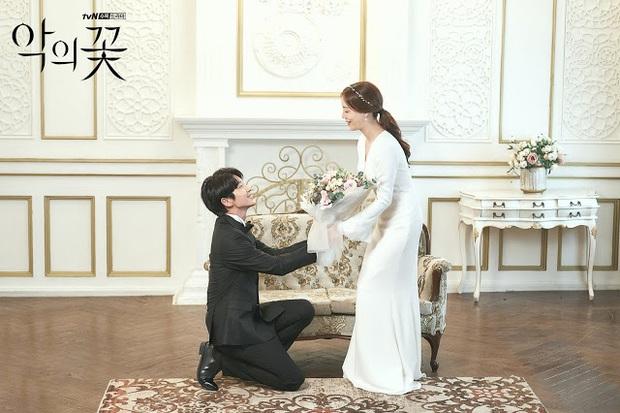 Flower Of Evil nhá hàng ảnh cưới đẹp như mơ của Lee Jun Ki - Moon Chae Won - Ảnh 3.