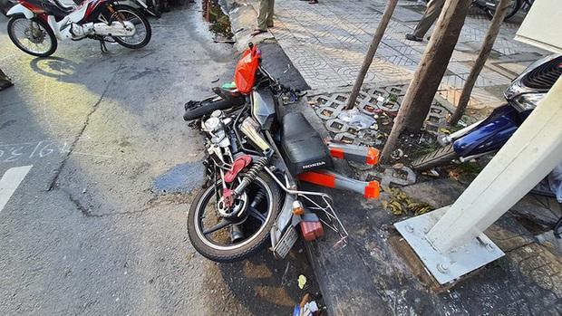 Sức khỏe 4 nạn nhân trong vụ xe container đâm ô tô BMW, nhiều xe máy ở Sài Gòn ra sao? - Ảnh 1.