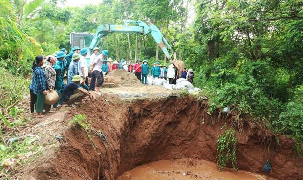 Hà Nội công bố tình trạng khẩn cấp sự cố sập cống qua đê hữu Đáy - Ảnh 1.