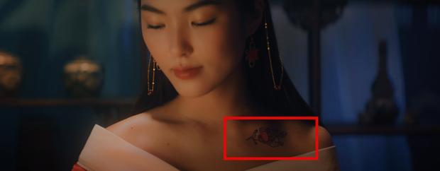 Bóc MV Hoa Hải Đường: Thế giới song song, thân thế của cô gái có hình xăm bí ẩn, Jack cuối cùng là người xấu hay kẻ tốt? - Ảnh 5.