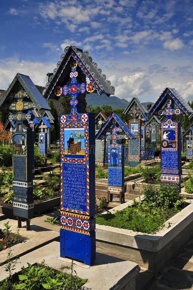 Ngôi làng Rumani có truyền thống khắc thơ tục tĩu và cợt nhả lên bia mộ người đã khuất - Ảnh 1.