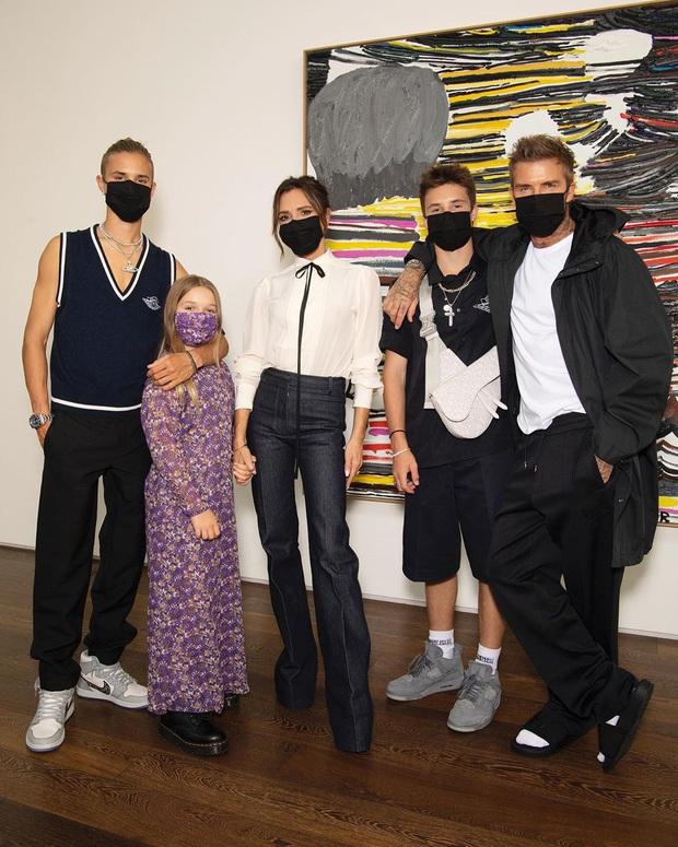 """Victoria Beckham cho con gái Harper 9 tuổi mặc váy mình thiết kế, netizen bình luận: """"Váy hợp với bà Beck hơn"""" - Ảnh 3."""