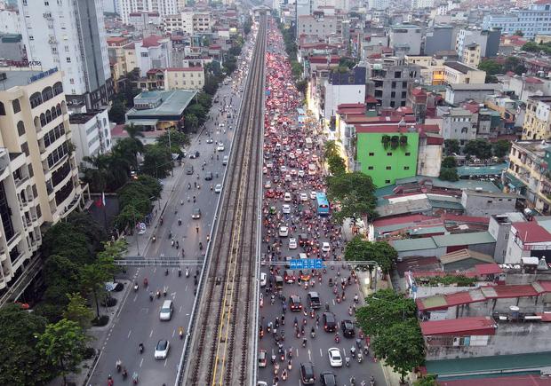 Nhiều tuyến đường Hà Nội ùn tắc do cơn giông đang kéo đến - Ảnh 6.