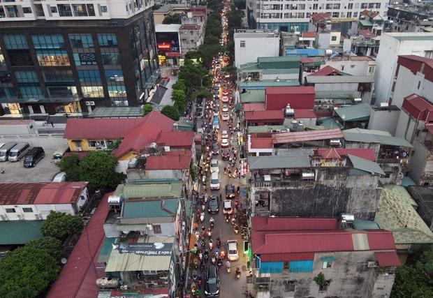 Nhiều tuyến đường Hà Nội ùn tắc do cơn giông đang kéo đến - Ảnh 5.