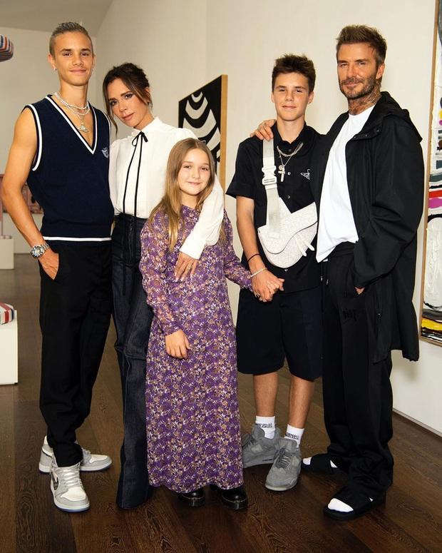 """Victoria Beckham cho con gái Harper 9 tuổi mặc váy mình thiết kế, netizen bình luận: """"Váy hợp với bà Beck hơn"""" - Ảnh 2."""