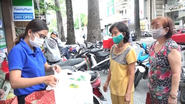 Clip: Người Sài Gòn hào hứng, đổ xô đi đổi rác thải nhựa để lấy gạo - Ảnh 3.