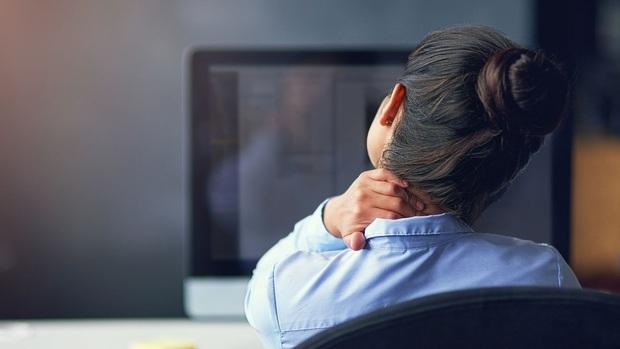 Huấn luyện viên người Nhật hướng dẫn 6 bài tập trị đau mỏi vai gáy, cải thiện chứng gù lưng hiệu quả - Ảnh 1.