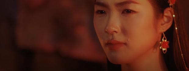 Bóc MV Hoa Hải Đường: Thế giới song song, thân thế của cô gái có hình xăm bí ẩn, Jack cuối cùng là người xấu hay kẻ tốt? - Ảnh 16.
