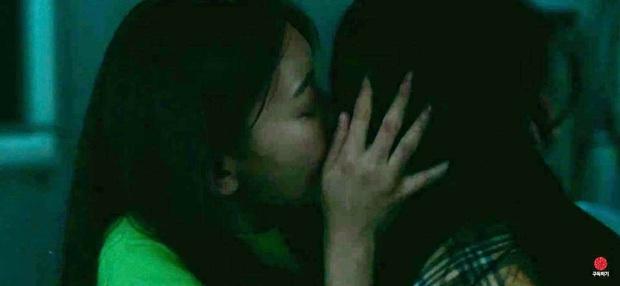 """Knet choáng nặng trước hình ảnh """"nữ hoàng fancam"""" Hani (EXID) hôn đồng giới, phì phèo thuốc lá như gái hư - Ảnh 2."""