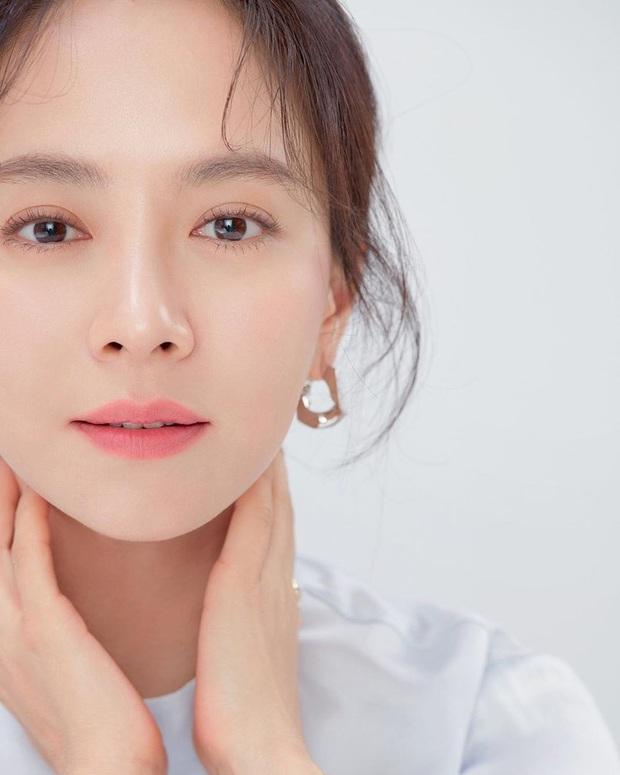 Vừa bị chê luộm thuộm, Song Ji Hyo dập lại luôn bằng bộ ảnh mới: Nhan sắc đỉnh cao thế này ai nghĩ đã U40? - Ảnh 4.