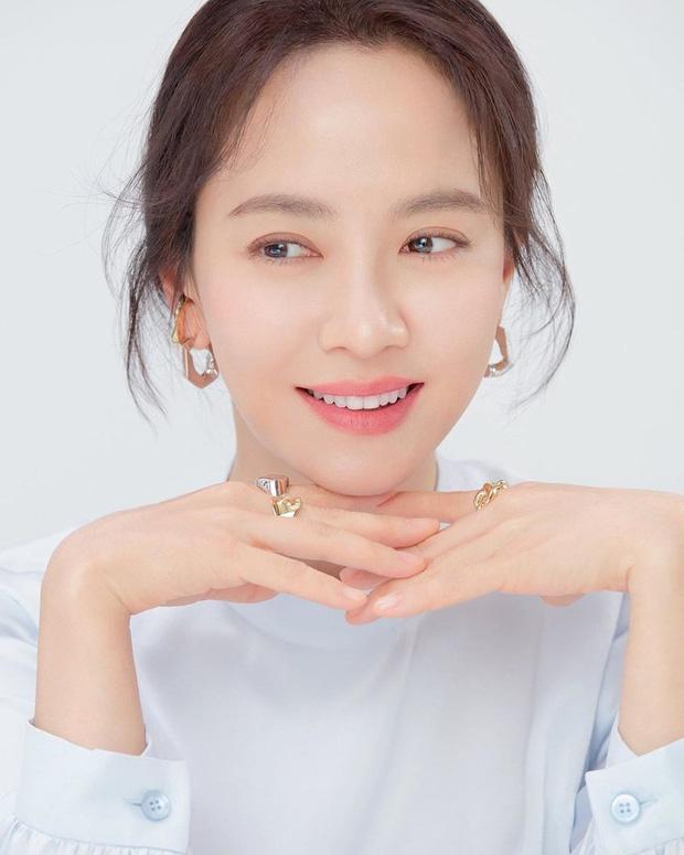 Vừa bị chê luộm thuộm, Song Ji Hyo dập lại luôn bằng bộ ảnh mới: Nhan sắc đỉnh cao thế này ai nghĩ đã U40? - Ảnh 2.