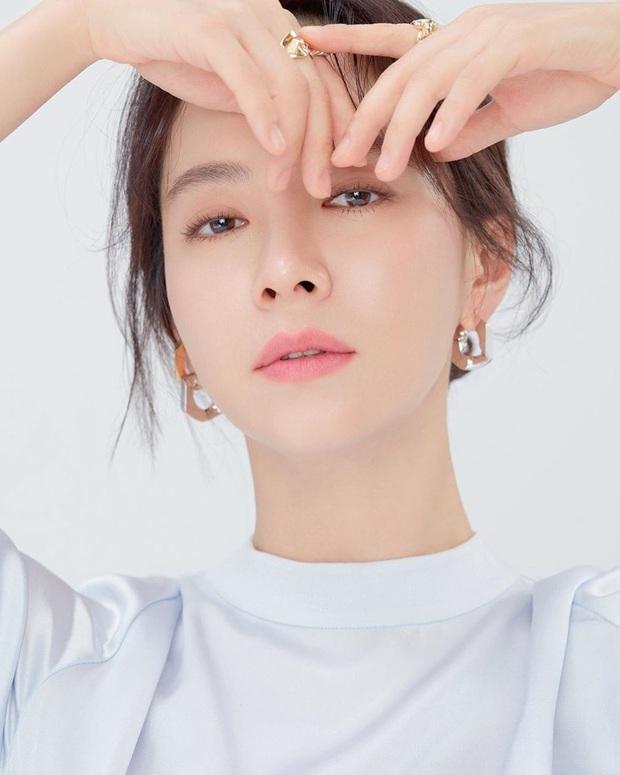 Vừa bị chê luộm thuộm, Song Ji Hyo dập lại luôn bằng bộ ảnh mới: Nhan sắc đỉnh cao thế này ai nghĩ đã U40? - Ảnh 5.