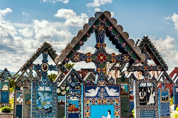 Ngôi làng Rumani có truyền thống khắc thơ tục tĩu và cợt nhả lên bia mộ người đã khuất - Ảnh 3.