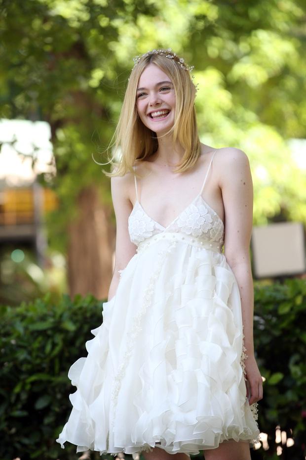 """""""Công chúa Aurora"""" Elle Fanning khiến netizen """"trụy tim"""" với khoảnh khắc cười xinh, xẻ ngực táo bạo nhưng trong trẻo tựa thiên thần - Ảnh 6."""