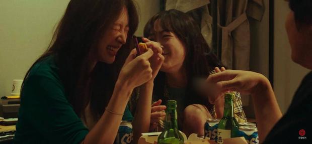 Nữ thần fancam Hani (EXID) hôn ngấu nghiến con gái nhà người ta ở trailer Young Adult Matter - Ảnh 4.