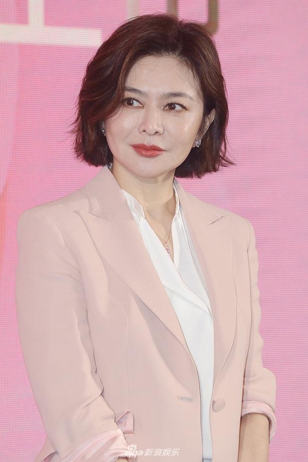 Làn da gây sốt của Đệ nhất mỹ nhân Hong Kong Quan Chi Lâm: Căng mịn dù ở tuổi U60, nét đẹp bất chấp thời gian - Ảnh 2.