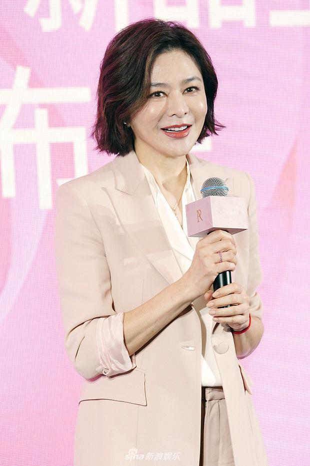 Làn da gây sốt của Đệ nhất mỹ nhân Hong Kong Quan Chi Lâm: Căng mịn dù ở tuổi U60, nét đẹp bất chấp thời gian - Ảnh 3.