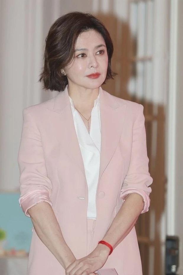 Làn da gây sốt của Đệ nhất mỹ nhân Hong Kong Quan Chi Lâm: Căng mịn dù ở tuổi U60, nét đẹp bất chấp thời gian - Ảnh 4.