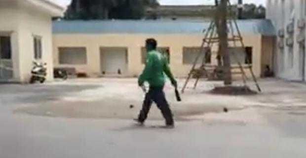 Người đàn ông mặc áo xe ôm công nghệ Grab đuổi chém người trước cổng Bệnh viện E - Ảnh 2.
