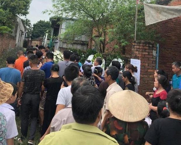 Hà Nội: Thương tâm một thanh niên bị sét đánh tử vong khi vừa sạc pin vừa dùng điện thoại - Ảnh 2.