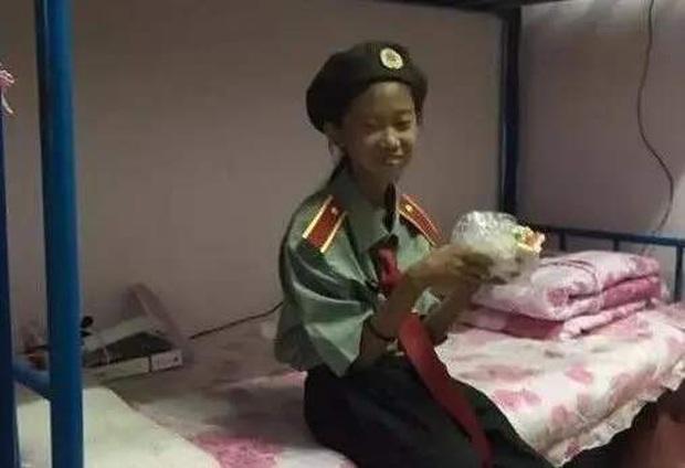 Cô bé gây sốt vì 10 tuổi đã vào đại học, ra trường được mời làm giáo viên nhưng hóa ra tất cả chỉ là một vố lừa to tổ chảng - Ảnh 3.
