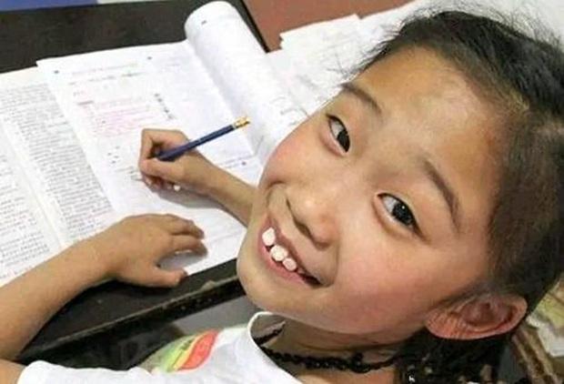 Cô bé gây sốt vì 10 tuổi đã vào đại học, ra trường được mời làm giáo viên nhưng hóa ra tất cả chỉ là một vố lừa to tổ chảng - Ảnh 5.