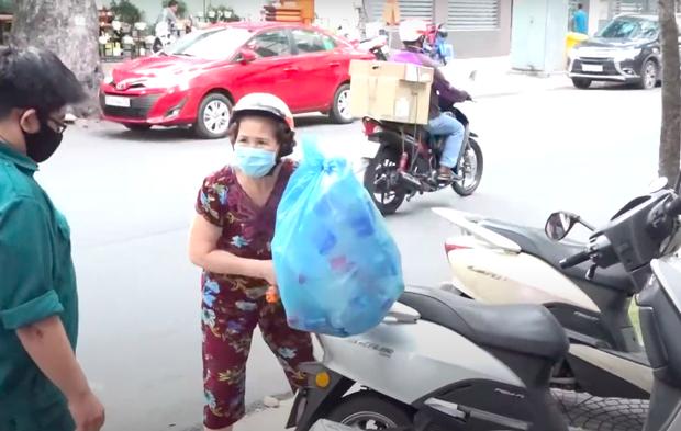 Clip: Người Sài Gòn hào hứng, đổ xô đi đổi rác thải nhựa để lấy gạo - Ảnh 2.