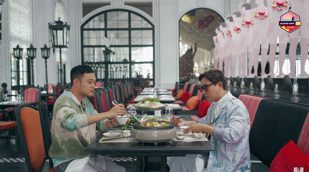 Đến Sapa nhưng chỉ mải mê đi... shopping, Hứa Vĩ Văn và Quang Vinh rinh về toàn quần áo thổ cẩm - Ảnh 4.