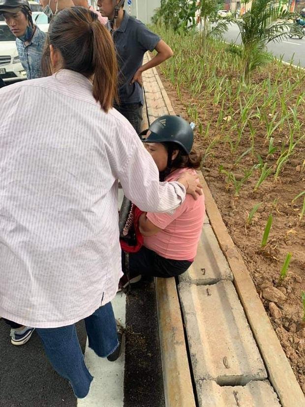 Hà Nội: Va chạm giao thông với bà bầu, nhóm thanh niên còn rút hung khí thách thức, đập vỡ đầu xe máy - Ảnh 2.