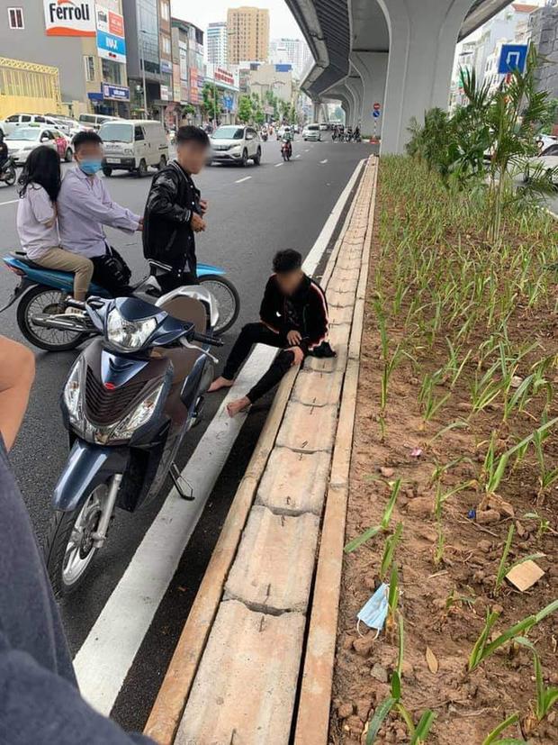 Hà Nội: Va chạm giao thông với bà bầu, nhóm thanh niên còn rút hung khí thách thức, đập vỡ đầu xe máy - Ảnh 1.