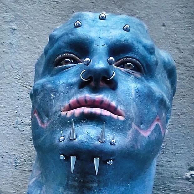 Anh chàng nổi tiếng vì đang đẹp trai thì lại đi cắt mũi, xẻ lưỡi cho giống người ngoài hành tinh - Ảnh 4.