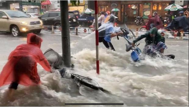Thót tim cảnh học trò bất chấp đạp xe về nhà giữa lúc mưa bão, bị nước cuốn trôi; cặp sách, xe đạp văng xa cả mét - Ảnh 2.