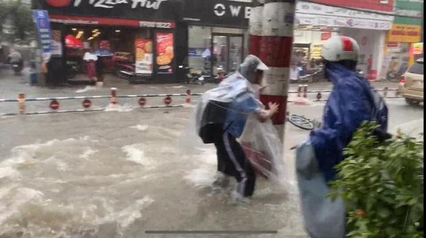 Thót tim cảnh học trò bất chấp đạp xe về nhà giữa lúc mưa bão, bị nước cuốn trôi; cặp sách, xe đạp văng xa cả mét - Ảnh 3.