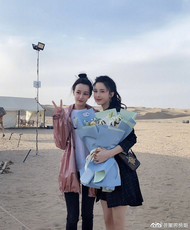 Tranh cãi trên Weibo: Địch Lệ Nhiệt Ba lép vế trước bạn gái tin đồn vô danh của Hồ Nhất Thiên khi chụp ảnh chung? - Ảnh 2.