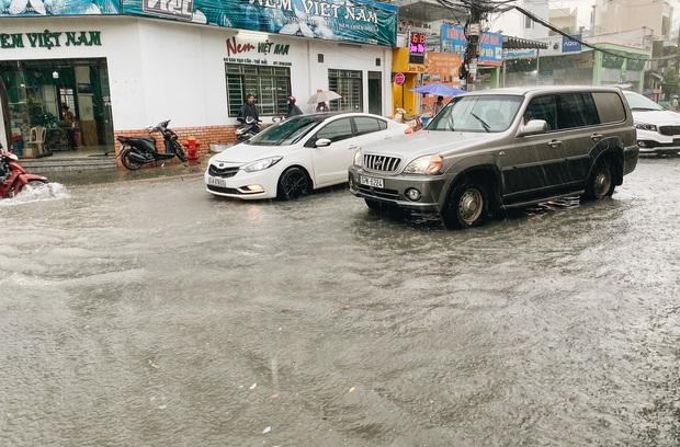 """TP.HCM: Chợ Thủ Đức ngập nặng từ trong ra ngoài do mưa lớn, nhiều tiểu thương """"khóc ròng"""" - Ảnh 3."""