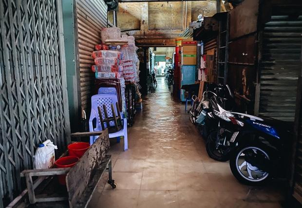 """TP.HCM: Chợ Thủ Đức ngập nặng từ trong ra ngoài do mưa lớn, nhiều tiểu thương """"khóc ròng"""" - Ảnh 7."""