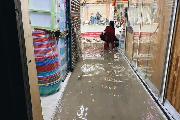"""TP.HCM: Chợ Thủ Đức ngập nặng từ trong ra ngoài do mưa lớn, nhiều tiểu thương """"khóc ròng"""" - Ảnh 8."""