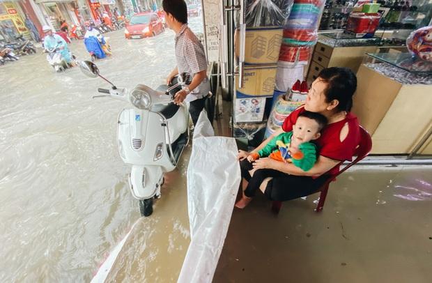 """TP.HCM: Chợ Thủ Đức ngập nặng từ trong ra ngoài do mưa lớn, nhiều tiểu thương """"khóc ròng"""" - Ảnh 9."""