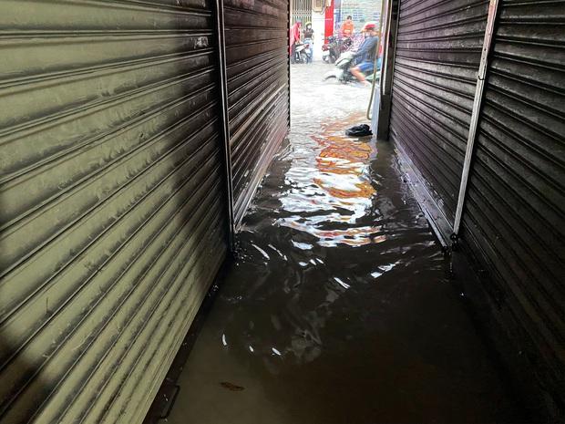 """TP.HCM: Chợ Thủ Đức ngập nặng từ trong ra ngoài do mưa lớn, nhiều tiểu thương """"khóc ròng"""" - Ảnh 10."""