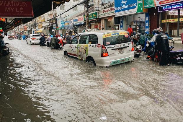 """TP.HCM: Chợ Thủ Đức ngập nặng từ trong ra ngoài do mưa lớn, nhiều tiểu thương """"khóc ròng"""" - Ảnh 4."""